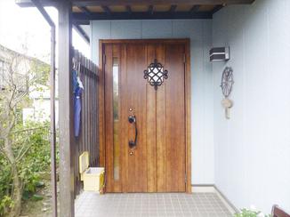 エクステリアリフォーム 扉も枠も木目調に統一し、落ち着きと上品さのある玄関に